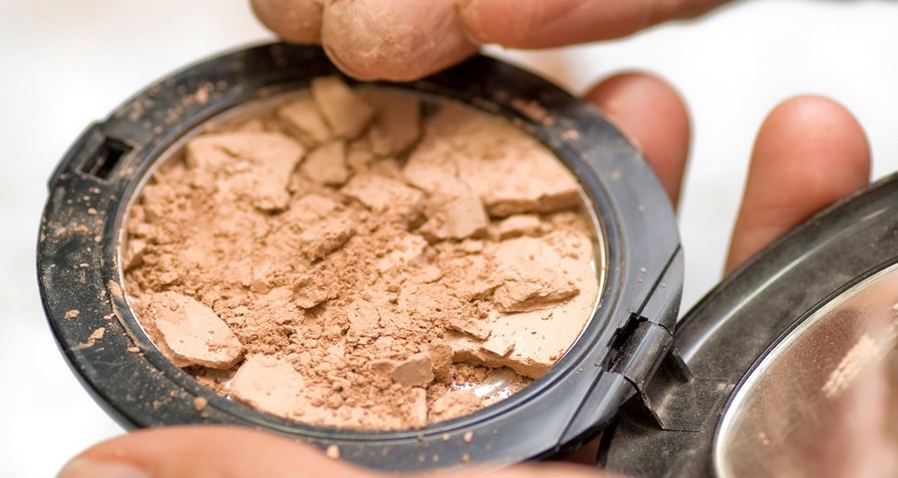 The Solution For Your Cracked Powder, Mostly Girls Can Relate To This…